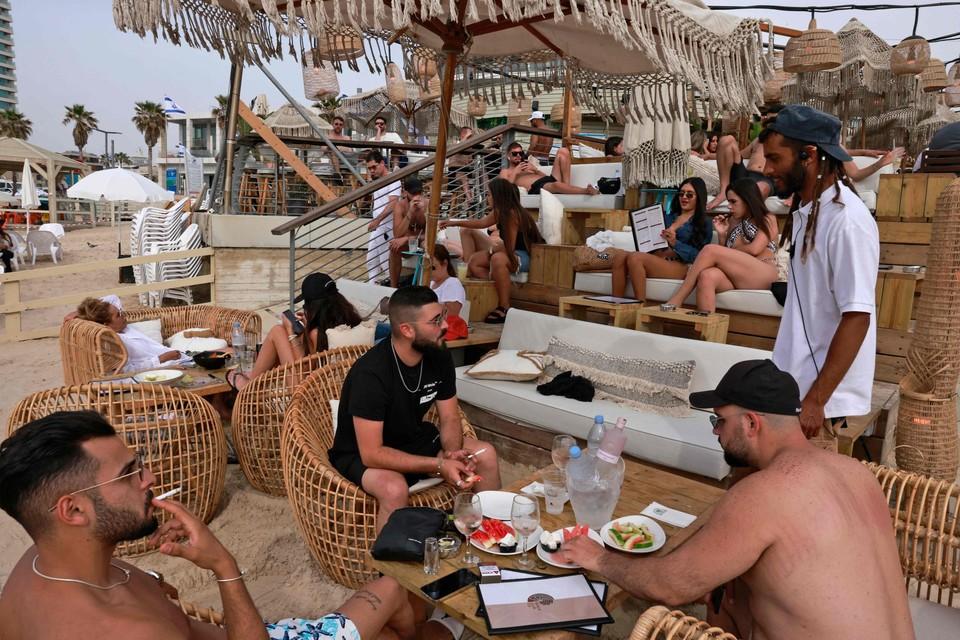 In de strandbars in Tel Aviv zijn geen mondmaskers meer te zien.