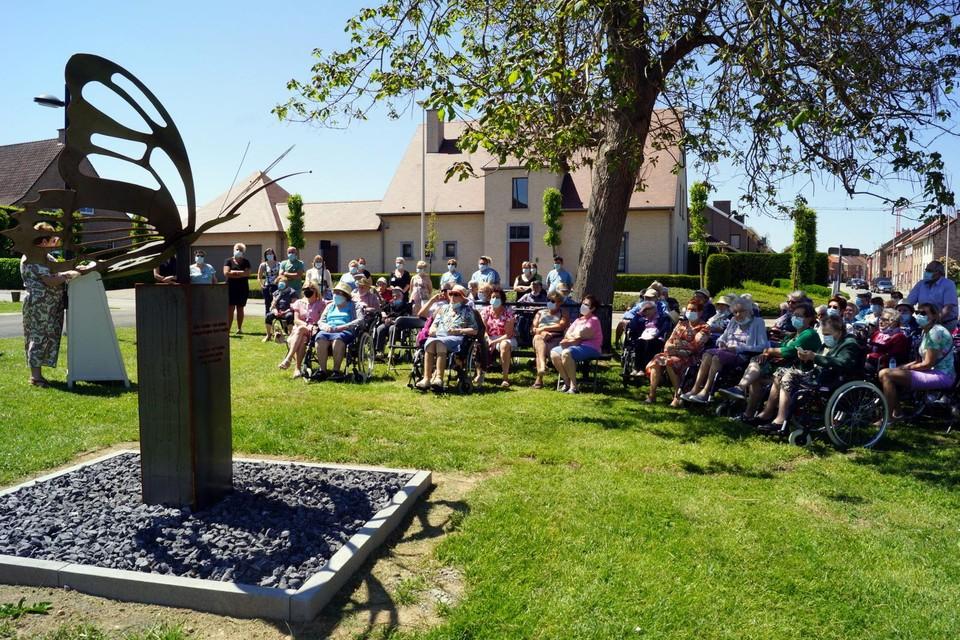 Het herdenkingsmonument werd dinsdag door de gemeente ingehuldigd, samen met de medewerkers en bewoners van WZC Berkenhof.
