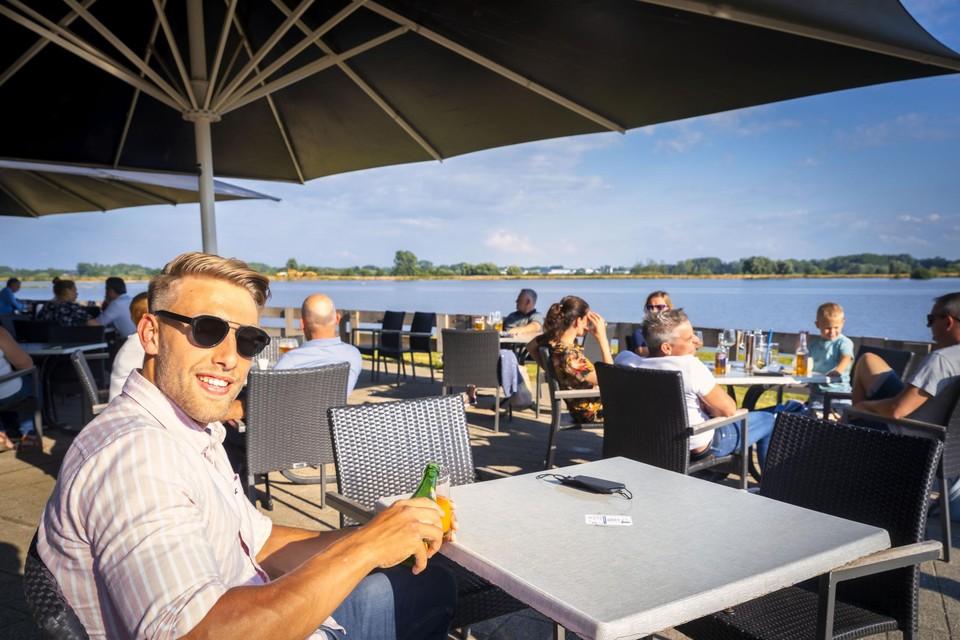 Roeifenomeen Ward Lemmelijn geniet van een drankje met uitzicht op het Schulensmeer.