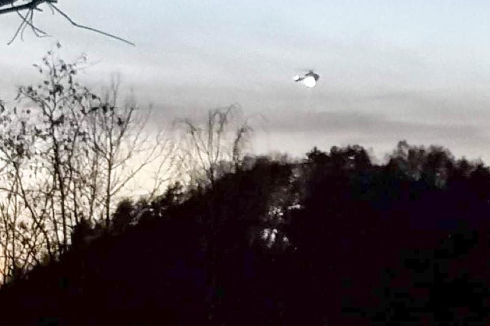 Met een zoeklicht heeft een politiehelikopter naar de wandelaarster gezocht.