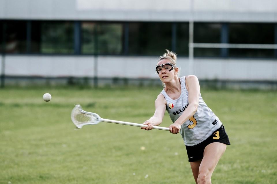 Bij lacrosse gebruiken de spelers een stick met een netje om de bal te vangen.