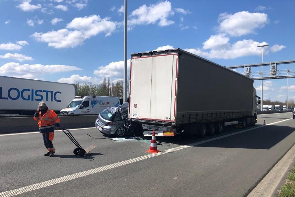 Een automobilist reed achteraan in op een vrachtwagen.