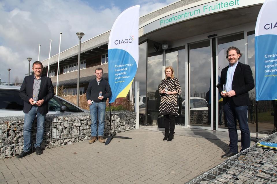 Van links naar rechts: Dany Bylemans (pcfruit), Eric Jansen (Wilderhof), Inge Moors (gedeputeerde) en Nicolas Deswaef (CIAGO).
