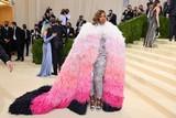thumbnail: Ook tennisster Serena Williams had een indrukwekkende robe aan bij aankomst.