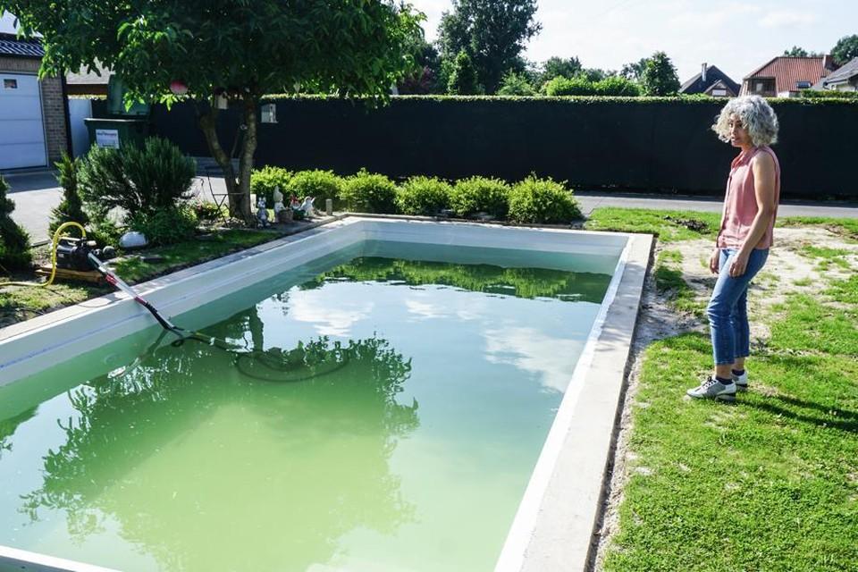 Zeycan Mavili staart naar haar zwembad. Het is geplaatst, maar onbruikbaar.