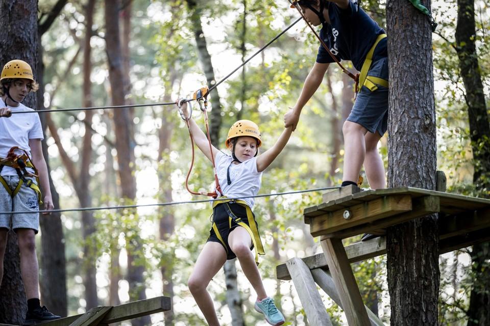 """De tienjarige Giulia waagt zich op het klimparcours in Houthalen. """"Ik ben geen flauw meisje"""", klinkt het stoer."""