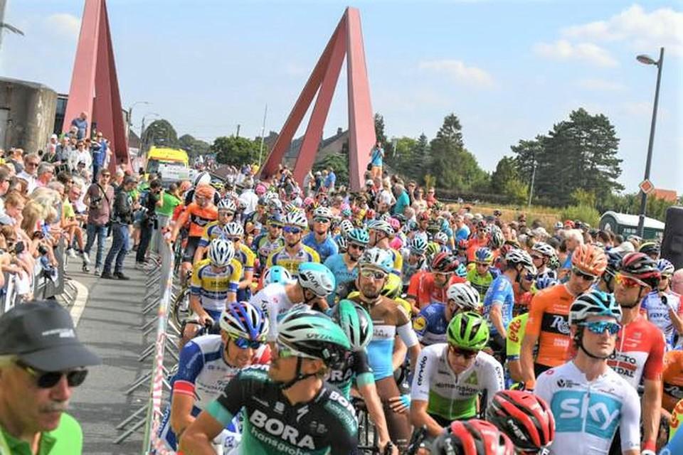 De brug in Vroenhoven was al vaker het toneel van wielerwedstrijden.
