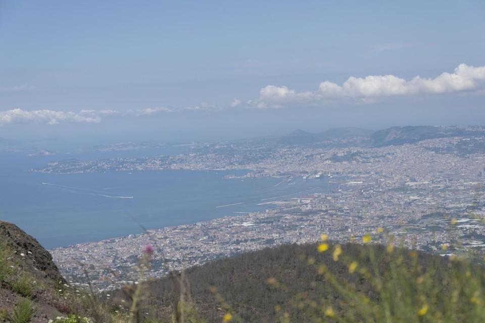 Vanop de top van de Vesuvius heb je een prachtig uitzicht over de Baai van Napels.
