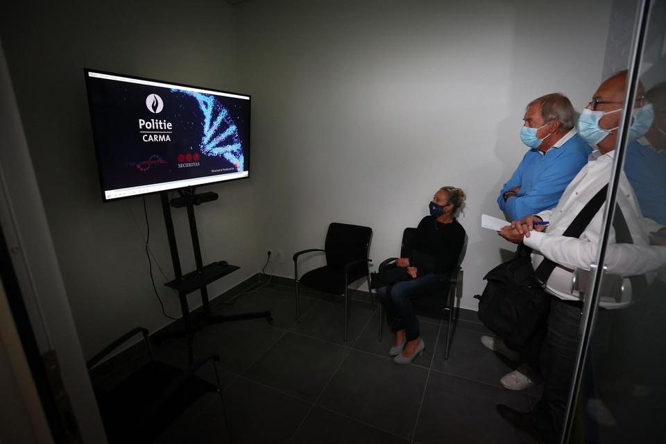 In het virtuele loket kunnen gedupeerden een aangifte doen bij een 3D-projectie van een inspecteur, die eigenlijk in Houthalen-Helchteren zit.