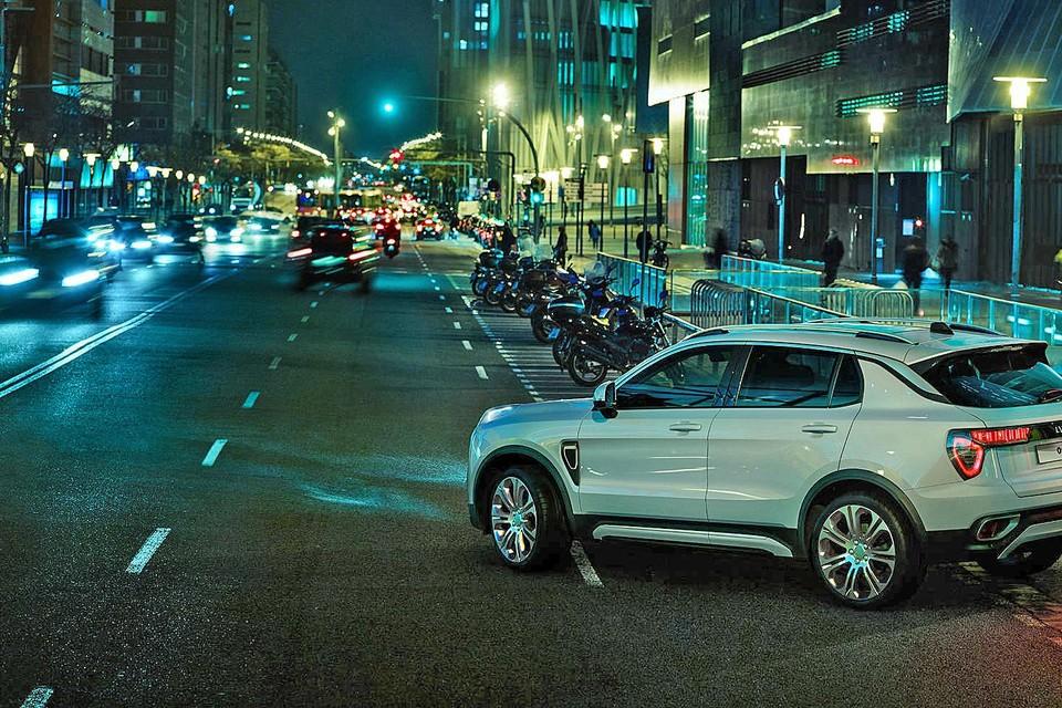 Het eerste model van Lynk & Co is een luxueuze SUV met een 1.5 driecilinder die beschikbaar is als plug-in of normale hybride