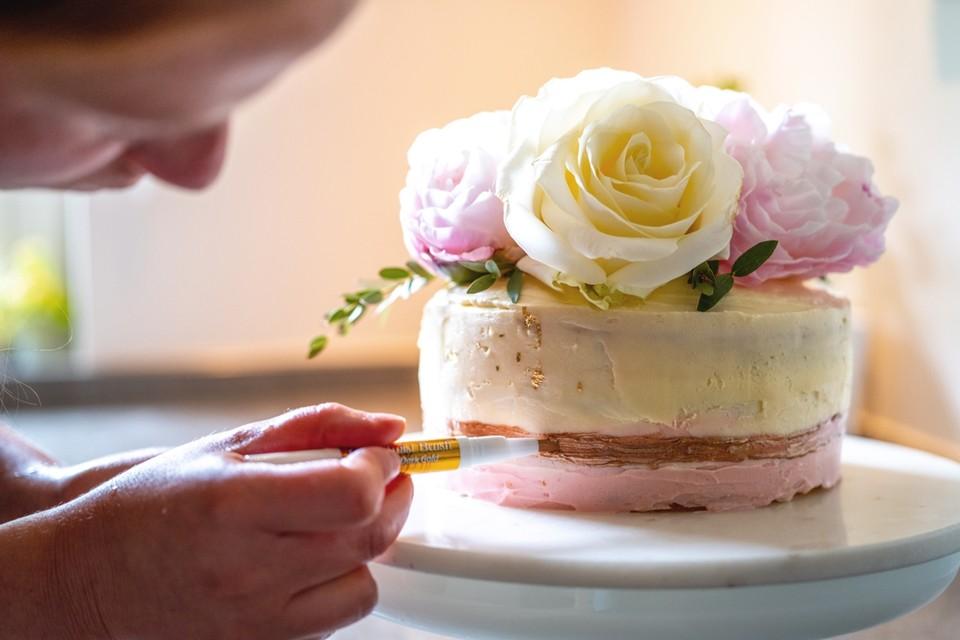 Journalist Hanne versiert haar eigen versie van de bloemencake.