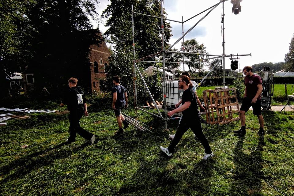 De organisatie hoopt in totaal meer dan 2000 feestvierders te lokken naar het terrein aan de Deusterkapel met house, techno en hiphop.