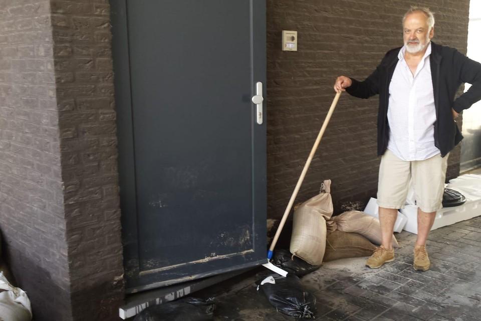 Nicolas Cousin is aan het werk in het appartement van zijn zoon.