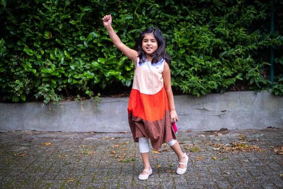Het 8-jarig meisje dat na haar evacuatie uit Afghanistan al huppelend werd gefotografeerd op het tarmac in Melsbroek, heet Neha en woont in Maasmechelen.