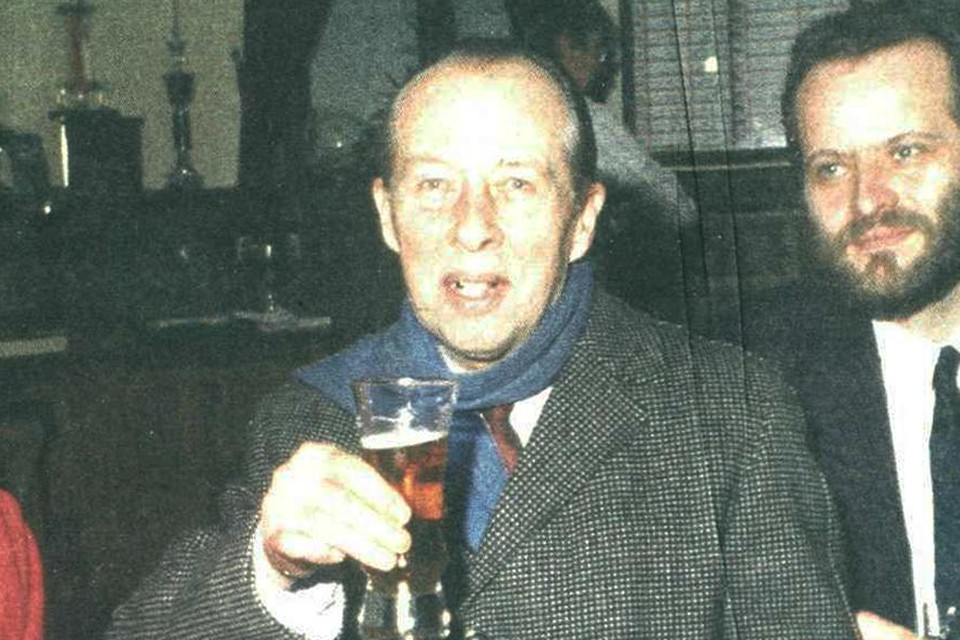 Kasprzak hief bij het verlaten van de rechtszaal een glas geuze op zijn herwonnen vrijheid. Dat beeld ligt zijn toenmalige advocaat Kumpen (rechts) vandaag nog altijd zwaar op de maag.
