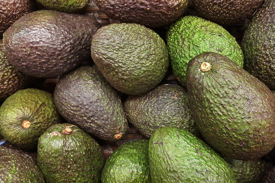 Het is verleidelijk om even in een avocado te knijpen om de rijpheid te testen, maar dat levert alleen maar bruine plekken op.
