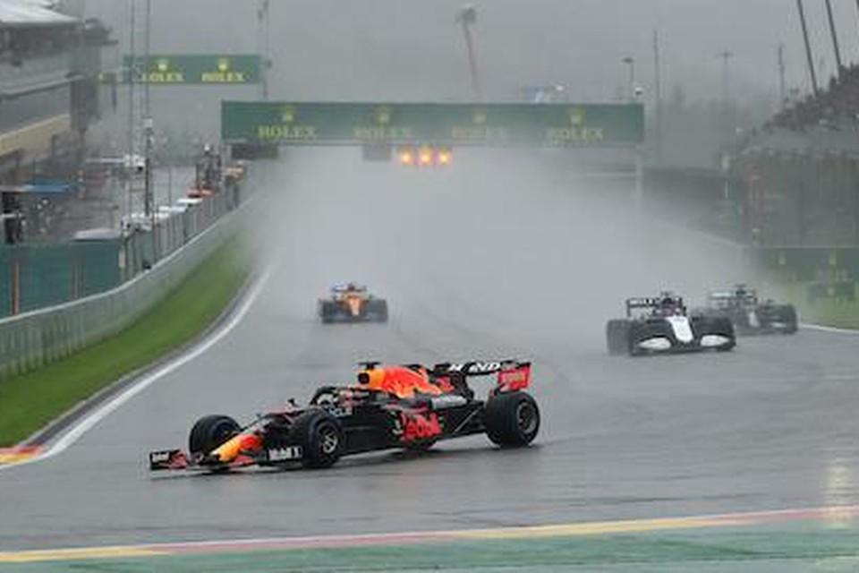 Max Verstappen aan de leiding tijdens de GP van België