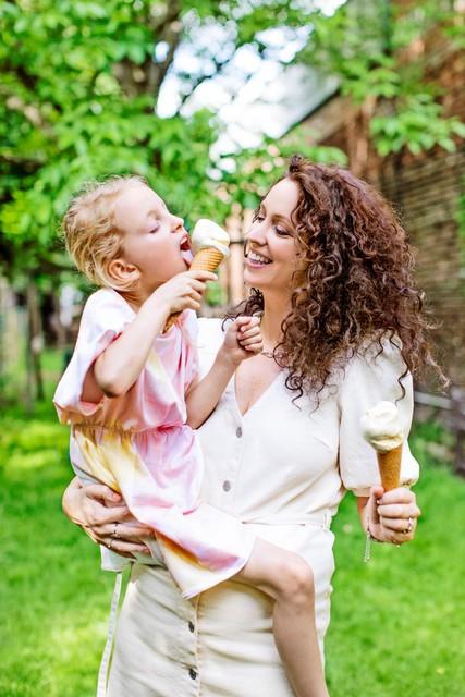 """Met dochter Lou. """"Ik heb de liefde voor ijs al doorgegeven aan mijn kinderen"""", zegt Anke."""