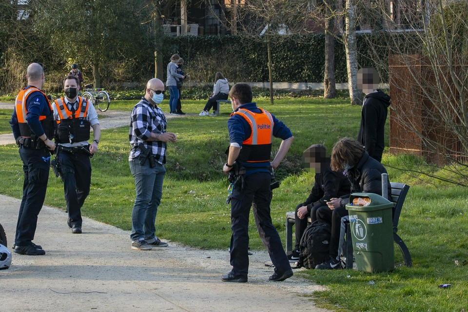 De politie Bilzen-Hoeselt-Riemst ondervroeg maandagavond slachtoffers en getuigen in het park.