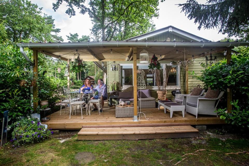 Toen Jeanine en Willy het chalet kochten, was alles in orde, enkel het terras werd nog overdekt en de keuken (links) vernieuwd. In hun kleine paradijsje doen ze inspiratie op voor hun kunst.