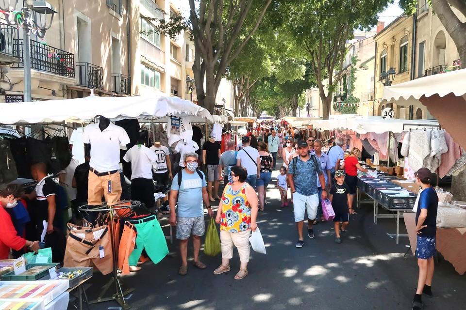 Mondmaskers op de typische Franse marché.