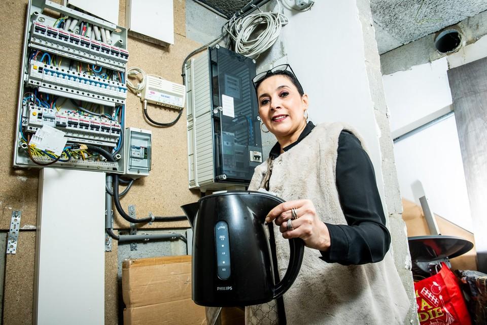 Hoewel ze zuinig is met het gebruik van elektrische toestellen én ze zonnepanelen heeft, liep het verbruik van Fatima Battah vorig jaar op tot 14 kWh. Dat is tien keer meer dan normaal.