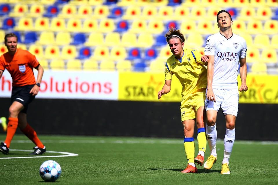 Stan Van Dessel zit Stef Peeters kort op de huid in het laatste oefenduel voor de competitiestart tegen Eupen.