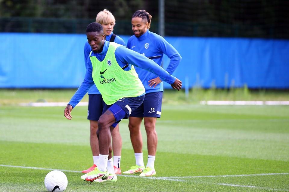 Ugbo, onder goedkeurend oog van Ito en Bongonda, in actie op training.